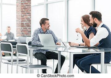 Equipo de negocios discutiendo algo sentado en la mesa de la oficina