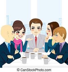 Equipo de negocios discutiendo