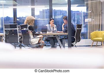 Equipo de negocios en una reunión en el edificio de oficinas moderno