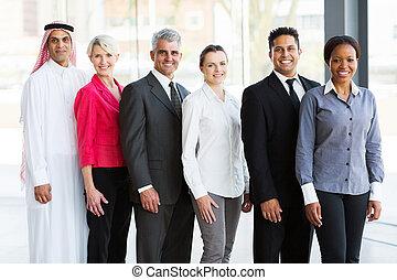 Equipo de negocios multiracial en la oficina