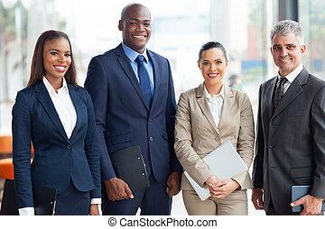 Equipo de negocios multirracial
