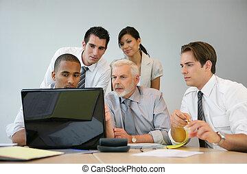 Equipo de negocios sentado en una computadora