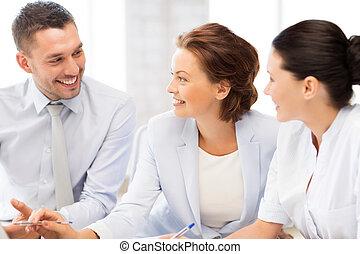 Equipo de negocios teniendo una discusión en la oficina