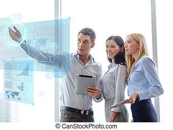 Equipo de negocios trabajando con tablet pcs en la oficina