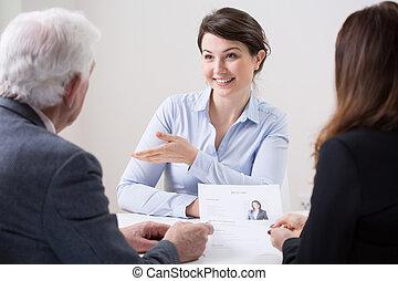 Equipo de recursos humanos durante la entrevista de trabajo