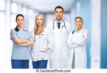 Equipo joven o grupo de médicos