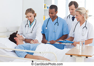 Equipo médico hablando con un paciente
