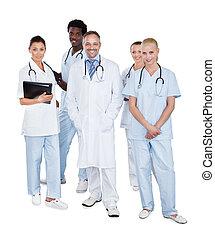 Equipo médico multitético de pie sobre fondo blanco