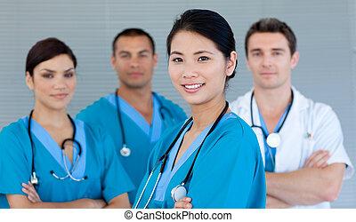 Equipo médico sonriendo a la cámara
