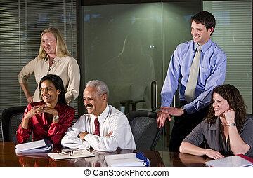 Equipo multiétnico en la sala de juntas