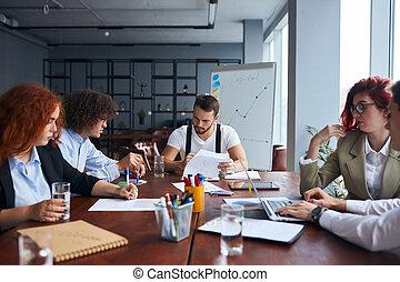 equipo, oficina, sala juntas, cauasian, poniendo común, creativo, empresa / negocio
