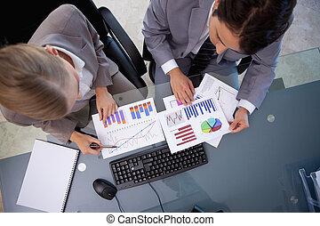 Equipos de negocios mirando estadísticas