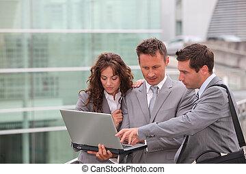 Equipos de negocios reunidos fuera de la oficina