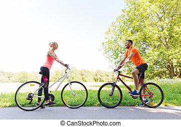 equitación, pareja, feliz, bicicleta, aire libre