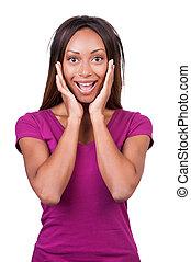 ¡Es increíble! Una joven africana feliz sosteniendo su cabeza en las manos mientras estaba aislada en blanco