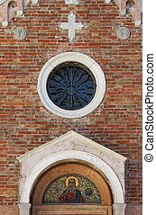 Es una iglesia medieval en Venecia