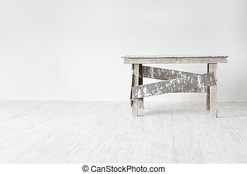 Escalera de construcción grunge en blanco interior vacío: pared blanca y suelo gris. Concepto de decoración de apartamentos.