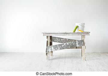 Escalera grunge de construcción, cubo de pintura y pintura en el interior blanco, pared blanca y suelo gris. Concepto de decoración de apartamentos.