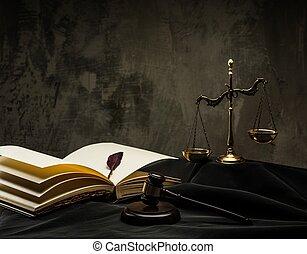 Escamas y martillo de madera en el manto del juez