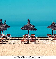 Escenas de playa con sombrilla y sillas de cubierta. Umbrella y cubierta ch