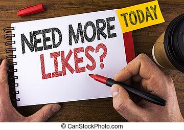 Escribir a mano conceptiva necesita más preguntas. El texto fotográfico de los negocios de los medios sociales crea más seguidores de la comunidad escrita por el hombre en Notepad sosteniendo el fondo de Pen Wooden Today Cup