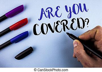 Escribir a mano conceptual es una pregunta cubierta. Mensaje de texto fotográfico del seguro de salud, recuperación de desastres escrito por el hombre en los marcadores de fondo al lado.