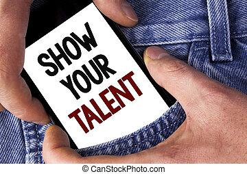 Escribir palabras muestra tu talento. El concepto de negocios para demostrar habilidades personales aptitudes de conocimientos de aptitudes escritas en teléfono móvil sostenidas por el hombre en los antecedentes de Jeans.