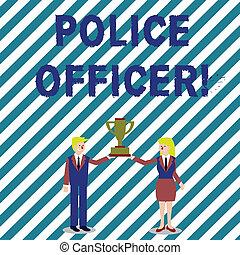 Escribir textos escribiendo a la policía. Concept significa una demostración de que es un oficial del equipo de las fuerzas del orden hombre y mujer en traje de negocios sosteniendo juntos la copa trofeo del campeonato.