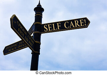 Escribir textos escribiendo auto cuidado. Concepto la práctica de tomar medidas preservadas o mejorar el letrero de la carretera sanitaria en la encrucijada con cielo azul y nublado en el fondo.