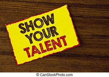 Escribir textos muestra tu talento. Conceptar significa demostrar habilidades personales aptitudes de conocimientos de aptitudes escritas en papel amarillo pegajoso en el fondo de madera.