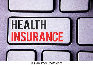 Escritor de texto seguro de salud. Concepto que significa seguro de salud proveedor de salud escrito en tecla de teclado blanco con copia del espacio superior vista.