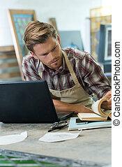 escritorio, artesano, libro, computador portatil, trabajando, macho