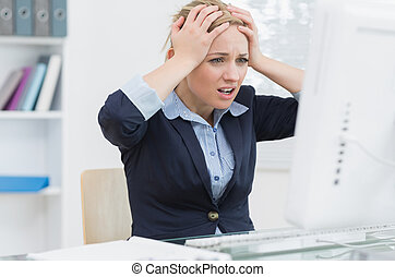 escritorio, empresa / negocio, frustrado, oficina, frente, mujer, computadora