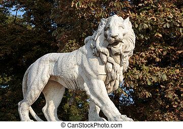Escultura de león en el jardín de Luxemburgo en París. Francia