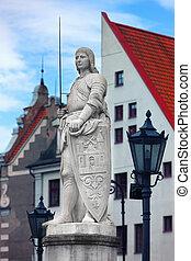 Escultura de roland en la plaza del ayuntamiento en riga