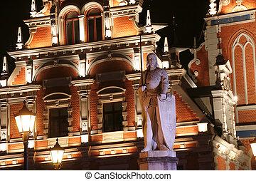 Escultura de rolandia frente a la casa de los negros. Buenas noches. Riga, Letonia