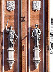 Esculturas en el frente de la Casa de los Blackheads en Riga