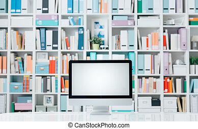 Espacio de trabajo profesional con computadoras y estantes