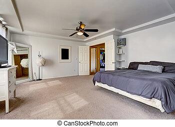 Espacio dormitorio principal con cama grande