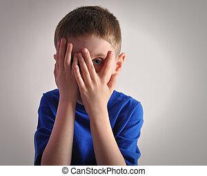 espantado, niño pequeño, ojos, cubierta