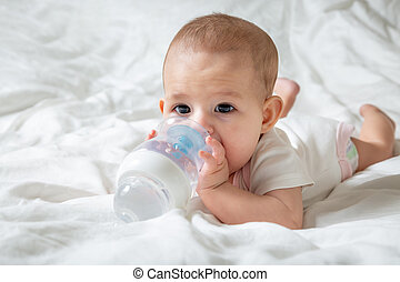 especial, marrón, agua, blanco, botella, ojos, acostado, ella., cama, tries, grande, nipple., bebé, dentición, infante, gnaw
