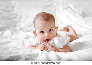 especial, marrón, agua, blanco, botella, ojos, acostado, ella., cama, tries, grande, nipple., lameduras, bebé, dentición, infante, gnaw