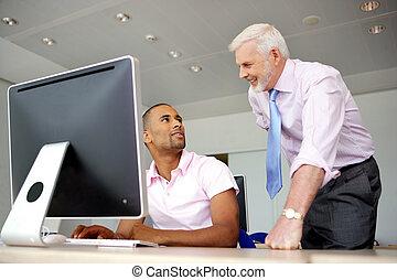 Especialista en computadoras y su jefe