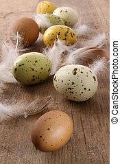 Espectáculos de huevos del este sobre la mesa de madera