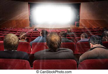 Espectadores en el cine con collage de cine