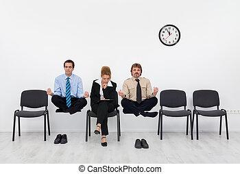 Esperando la entrevista de trabajo - con un leve inconveniente, concepto de entrenamiento para adultos