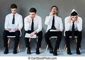 Esperando su turno. Collage de joven hombre de negocios con camisa y corbata expresando diferentes emociones mientras se sienta en la silla y espera una entrevista
