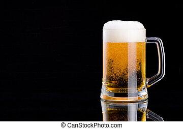 espuma, gorra, jarra, cerveza, fondo negro, fresco