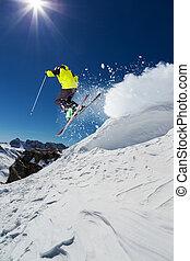 Esquiador alpino en piste, esquiar cuesta abajo