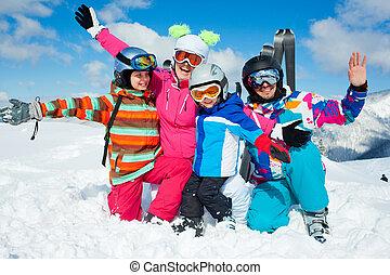Esquiar en invierno. Feliz familia